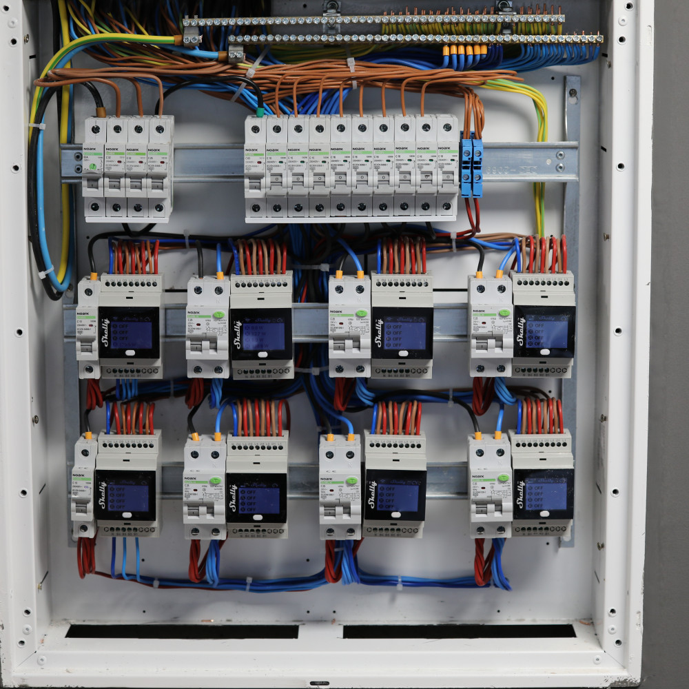 shelly-4pro-plus-installed-on-DIN-rail